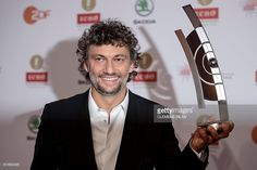 German tenor singer Jonas Kaufmann poses with his trophy after he was given the Echo Klassik 2016 classical music award on October 9, 2016 in Berlin. / AFP / dpa / Clemens Bilan / Germany OUT