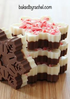 Easy homemade snowflake peppermint bark recipe from @bakedbyrachel 4oz milk or dark chocolate 4oz white chocolate 1 tsp vegetable oil, divided 1/4 tsp peppermint extract, divided crushed candy canes or peppermint candies. powder removed