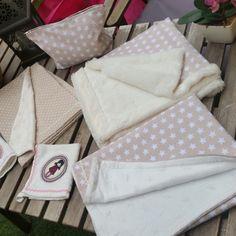 Conjunto canastilla bebe formada por: 4 mantas arrullo,  juego 2 paños toalla,  1 neceser y 1 capazo mimbre artesanal decorado