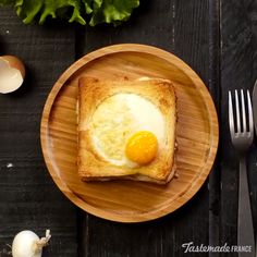 Recipe with video instructions: Make your brunch egg-ceptional with this cheesy chicken sandwich topped with a baked egg. Ingredients: 4 bread slices, 2 eggs, 2 slices of chicken breast, Béchamel. Breakfast Dishes, Breakfast Recipes, Tasty, Yummy Food, Cooking Recipes, Healthy Recipes, Food Hacks, I Foods, Food Videos