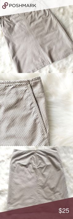 """BANANA REPUBLIC Seersucker Skirt *Grey and white diagonal seersucker pinstripe, a-line shape, CB hidden zipper. *Length 21"""" CF and 21.5"""" CB, waist 15.5"""" flat. *Contents: 97% Cotton, 3% Spandex, lining is 100% Acetate *Pre-loved and in great used condition. Banana Republic Skirts A-Line or Full"""