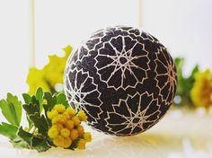 てまり 【家紋】 シンプルな図案なので地割をラメ糸にしてみました。今年最後の磯菊と。 #手まり#temari#手毬#てまり#handmade #wa #和 #Japanese#culture #decoration#ball#日本#芸術#art#手作り#伝統#文化