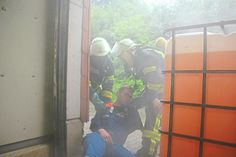 Menschen rettenund dann die Gefahr durch das Gefahrgut ausschalten – diese Aufgabe meisterte der Löschzug Davensberg am Montagabend im strömenden Regen.