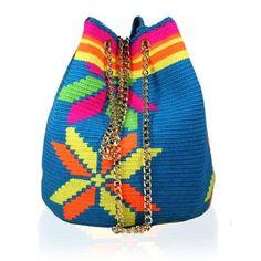 STELLA RITTWAGEN - Bolso Saco Wayuu Estrella Tapestry Crochet Patterns, Blue Back, Crochet Accessories, Bucket Bag, Purses And Bags, Knitted Hats, Crossbody Bag, Shoulder Bag, Knitting