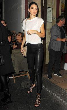 Look de Kendall Jenner com t-shirt e calça de couro.