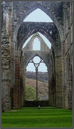 Tintern Abbey no sul do País de Gales foi dissolvido por Henrique VIII. A Abadia tem 881 anos de idade.