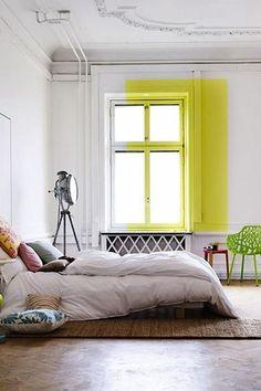 Une fenêtre décadrée de jaune - Peinture : le coup de pinceau qui change tout - CôtéMaison.fr