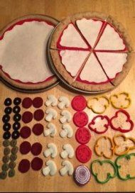 50 ideas DIY kitchen play food patterns for 2019 15 free felt patternsFelt is perfect for little gourmets! Here are 15 free felt food sewing Felt Food Patterns, Felt Play Food, Kids Play Food, Children Play, Pretend Food, Pretend Play, Felt Diy, Sewing Projects For Beginners, Diy Toys