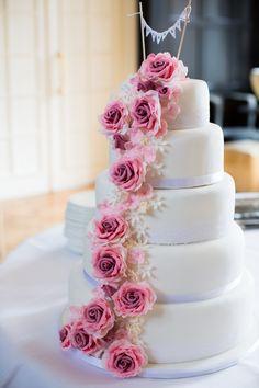 Romantische bruidstaart met prachtige suiker rozen slinger opgesteld op Kasteel de Hooge Vuursche. Studio, Cake, Desserts, Food, Tailgate Desserts, Deserts, Kuchen, Essen, Studios