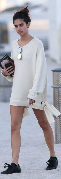 Who made Sara Sampaio's white tie sweater?