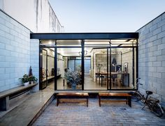 Arquitetos do Terra e Tuma apostam na alvenaria estrutural aparente combinada com estrutura metálica para o projeto de um conjunto de casa e estúdio de fotografia, em São Paulo :: aU - Arquitetura e Urbanismo