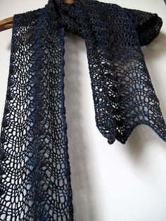 Feather & Fan Scarf - free crochet pattern on Ravelry - super easy: all you have to do is repeat two rows!