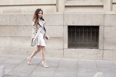 Trench, look formal, outfit, stilettos, rayas, falda, ejecutiva