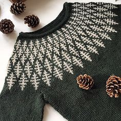 Strickmuster Hanne Rimmen On Ravelry Source by christianaanstaeth Knitting Stitches, Knitting Designs, Hand Knitting, Icelandic Sweaters, Ravelry, Fair Isle Pattern, Fair Isle Knitting, Pulls, Knitting Patterns