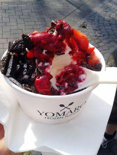 Yammie - Der vegane Frozen Yoghurt mit Erdbeeren, Zartbitterschokolade, Oreos und Himbeersoße