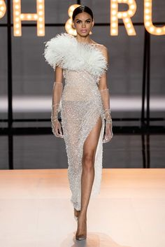 """Haute Couture Glamour: Ralph and Russo - Feminine, luxurious, with sparkles and feathers. this latest couture collection from Ralph and Russo is reminiscent of the """"Old Hollywood Glamour"""" days. Ralph & Russo, Fashion Week, Runway Fashion, Fashion Looks, Paris Fashion, Luxury Fashion, Fashion Beauty, Collection Couture, Fashion Show Collection"""