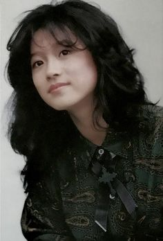 中森明菜 80s Haircuts, Japanese Haircut, Queen Albums, Female Portrait, 80s Fashion, Vintage Japanese, Asian Beauty, My Hair, Cute Girls