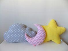 Para decorar o quarto do seu bebê com muita fofura e delicadeza!    Feitas com tecido 100% algodão e enchimento de fibra siliconada.    Nuvem  Medidas: aproximadamente 36 cm de comprimento x 20 cm de altura    Estrela  Medidas: aproximadamente 26 x 26 cm    Lua  Medidas: 22 cm de altura x 11 cm d...