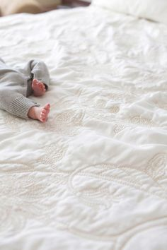 such a cute baby photo. Is there anything cuter than little baby feet? Lovely photo idea for a baby //