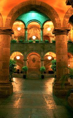 Palacio Municipal, edificio de cantera inaugurado en 1952. / Municipal Palace, the building was finished in 1952.