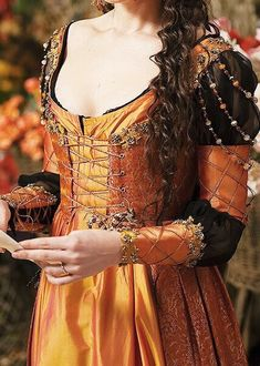Really beautiful retake on the italian renaissance Renaissance Mode, Renaissance Costume, Renaissance Dresses, Renaissance Fashion, Medieval Dress, Medieval Clothing, Italian Renaissance Dress, Gypsy Clothing, Historical Costume