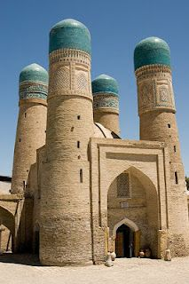 Bukhara is a city on the historic Silk Road, situated between Samarkand and Khiva, the 2 other gems of Uzbekistan. Bukhara is central Asia's holiest city and was once home to more than 300 mosques and 100 medressas. Beautiful Mosques, Beautiful Buildings, Islamic Architecture, Art And Architecture, Places Around The World, Around The Worlds, Beautiful World, Beautiful Places, Silk Road