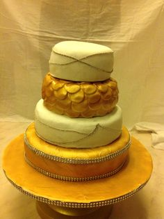 Golden & white themed wedding cake! #wedding #cake
