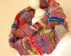 Deze omslag sjaal in warme, rijke kleuren is geweven uit een geweven handspun en hand geverfd wol kunst garens. Ik heb een nieuwe oogst wol uit de eerste scheren zeer zoet weinig schapen gebruikt voor dit garen. Haar naam is Manja en haar wol is echt zacht met een zacht binnenste glans. Een lichtgewicht losse omslag sjaal is gemaakt als een mooi accent en aanvulling voor elke kleding en gelegenheid. Dankzij zijn zachte structuur is het goed om te draperen. In de zomer kan het een warme sjaal…