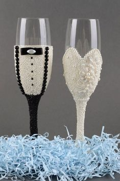 His And Her Glasses Wedding Decorations Ideas Wedding Wine Glasses, Diy Wine Glasses, Decorated Wine Glasses, Wedding Bottles, Painted Wine Glasses, Wedding Champagne, Champagne Glasses, Wine Glass Crafts, Bottle Crafts