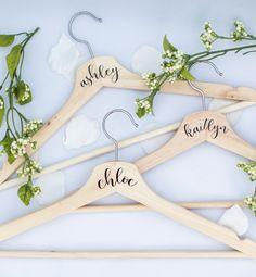 Personalisierte DIY Kleiderbügel für deine Brautjungfern                                                                                                                                                                                 More