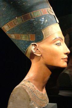 """Nefertiti (1380 - 1345 a. C.) Nefertiti foi rainha do Egito e mulher do Faraó Amenófis IV, conhecido como Aquenáton. Além de ser considerada na época como a mais bela de todas (Nefertiti significa """"a mais Bela chegou""""), foi a responsável por introduzir, junto com seu marido, o monoteísmo no Egito. De acordo com estudos, ela afastou outra mulher do faraó (Kiya) a fim de continuar sendo a primeira, e, após a morte de Aquenáton, governou sozinha, como Rainha Regente, por volta de dois anos."""