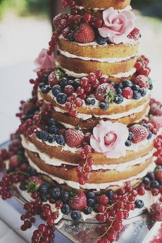 The Berry Delicious Naked Cake! An awesome twist on the tradition wedding cake! A great way to save some money and have a unique cake! Who doesn't love a cake covered in berries! Bolos Naked Cake, Naked Cakes, Beautiful Cakes, Amazing Cakes, Boho Wedding, Dream Wedding, Rustic Wedding, Cake Wedding, Wedding Blog