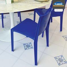 O azul representa tranquilidade,  confiança, sabedoria. Em ambientes ele traduz personalidade e requinte, podendo ser combinado com cores mais vivas e contrastantes ou com outros tons de azul, de preferência mais claros, criando um ambiente monocromático.
