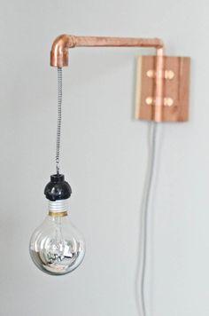 Una sencilla pero original lampara que puedes construir en unos minutos.  Solo necesitas lo siguiente: 1.- Foco o bombilla 2.- Socket para foco 3.- Cable 4.- Enchufe 5.- Tubo de dos tamaños d…