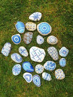 Piedras pintadas en tonos azules / Painted stones in blue