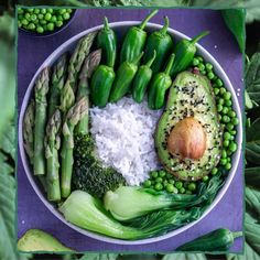Heute gibts für euch eine leckere grüne Bowl von @plantbased_food_and_travel  Ein Gedicht sag ich euch Und das tolle daran - diese Bowl ist nicht nur super nahrhaft sondern auch echt schnell gezaubert   1. Reis kochen  2. Brokkoli Pak Choi Spargel & Erbsen dünsten  3. Avocado aufschneiden  4. Pimientos oder einfach Paprika in streifen schneiden  5. Als Dressing entweder nur Zitrone oder gerne eine leckere Tahini Sauce drüber  6. mit Sesam und etwas Leinsamen toppen und fertig ist der Zauber… Tahini, Pak Choi, Vegetarian Cooking, Vegan Food, Healthy Food, Food Is Fuel, Avocado, Asparagus, Food Photography