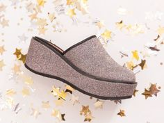 From top to bottom sparkling glitter, your feet will be totally on trend with the Twinsy clog in cosmo.