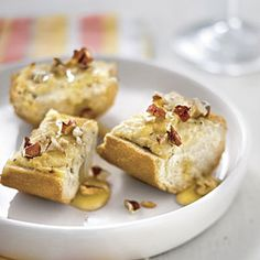 Caramelized Onion and Goat Cheese Bread drizzled with honey. - Best Party Appetizers and Recipes - Southern Living Best Party Appetizers, Holiday Appetizers, Appetizer Recipes, Bread Appetizers, Tapas, Goat Cheese Bread Recipe, Brunch, Honey Recipes, Healthy Recipes
