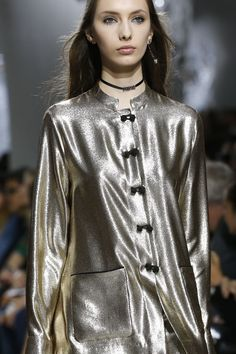 See all the Details photos from Christian Dior Spring/Summer 2018 Ready-To-Wear now on British Vogue Metal Fashion, Look Fashion, Skirt Fashion, Fashion Show, Fashion 2018, Runway Fashion, Womens Fashion, Fashion Trends, Vogue Paris