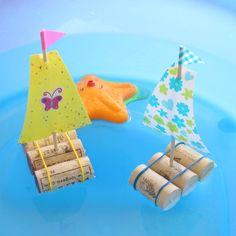 Un petit bateau avec des bouchons en liège - Summer Crafts, Diy And Crafts, Arts And Crafts, Craft Projects For Kids, Diy For Kids, Summer Activities, Toddler Activities, Kids And Parenting, Kids Toys
