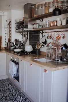 Apartment boho kitchen shelves 54 Ideas for 2019 Boho Kitchen, Home Decor Kitchen, New Kitchen, Home Kitchens, Cottage Kitchen Shelves, Small Cottage Kitchen, Tiny Kitchens, Cottage Kitchens, Green Kitchen
