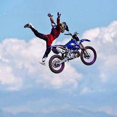 Soltar la moto de esta manera en el aire... ¡brutal!