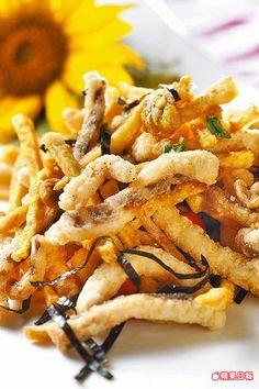 香蕈青魚絲 390元  選用無刺的魚里肌,切絲後酥炸再拌炒菇類,帶有迷人蒜香。