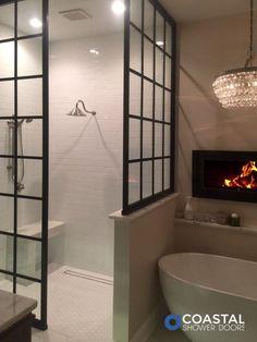 Rustikales Glam-Hauptbadezimmer mit wunderschöner ebenerdiger Dusche mit zwei ...