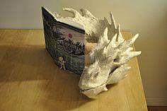 Escultura de papel do dragao Smaug feita com páginas do livro 'O Hobbit', veja isso - Blue Bus