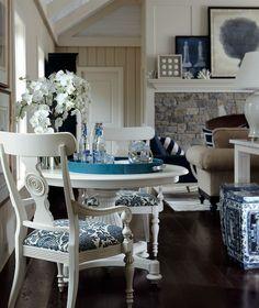 AZUL MARINO Y BLANCO PARA DECORAR TU CASA EN LA PLAYA Hola Chicas!! Aquí les tengo mas ideas de como decorar la casa de la playa en tonos azul marino y blanco, como pueden ver la mayoría de los muebles son en color blanco, y lo mas importante es utilizar los accesorios decorativos, en tono azul marino, ya sean cojines cortinas, tapetes tambien puedes agregar elementos naturales como conchas, caracoles, veladoras, cuadros con fotografías con escenas o motivos marinos.