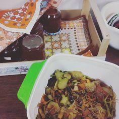 Nebenbei noch fix aus Schalen und Abschnitten Gemüsebrühe gekocht. Nur noch abfüllen und fertige ist ein neuer Vorrat für die nächsten 3 Monate ... und das ohne Einkochen!  #gemüse #fond #brühe #einkochen #vorrat #vorbereitung #einmachen #vegan #veganfood #selbermachen #selbstgemacht #foodie #basic #kochenmachtspass #kochen