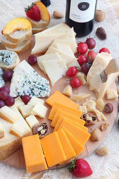 uma tabua de queijos para os amigos