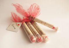 Invitaciones para el casamiento de Jorge y Moira    Tubos de ensayo rellenos de arroz y detalles de florcitas rojas