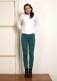 OSI Femmes, combineer een diepgroene broek met een zakelijk witte blouse en sleep die opdracht binnen!